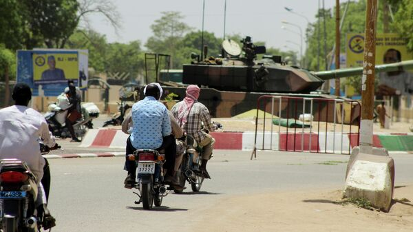 Военная техника на улице в районе президентского дворца в столице Чада Нджамене