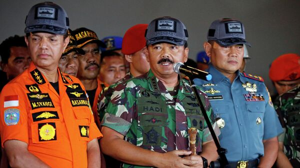 Военный командир Индонезии Хади Тьяджанто и глава Индонезийского поисково-спасательного агентства Мухаммадом Сяуги  во время пресс-конференции
