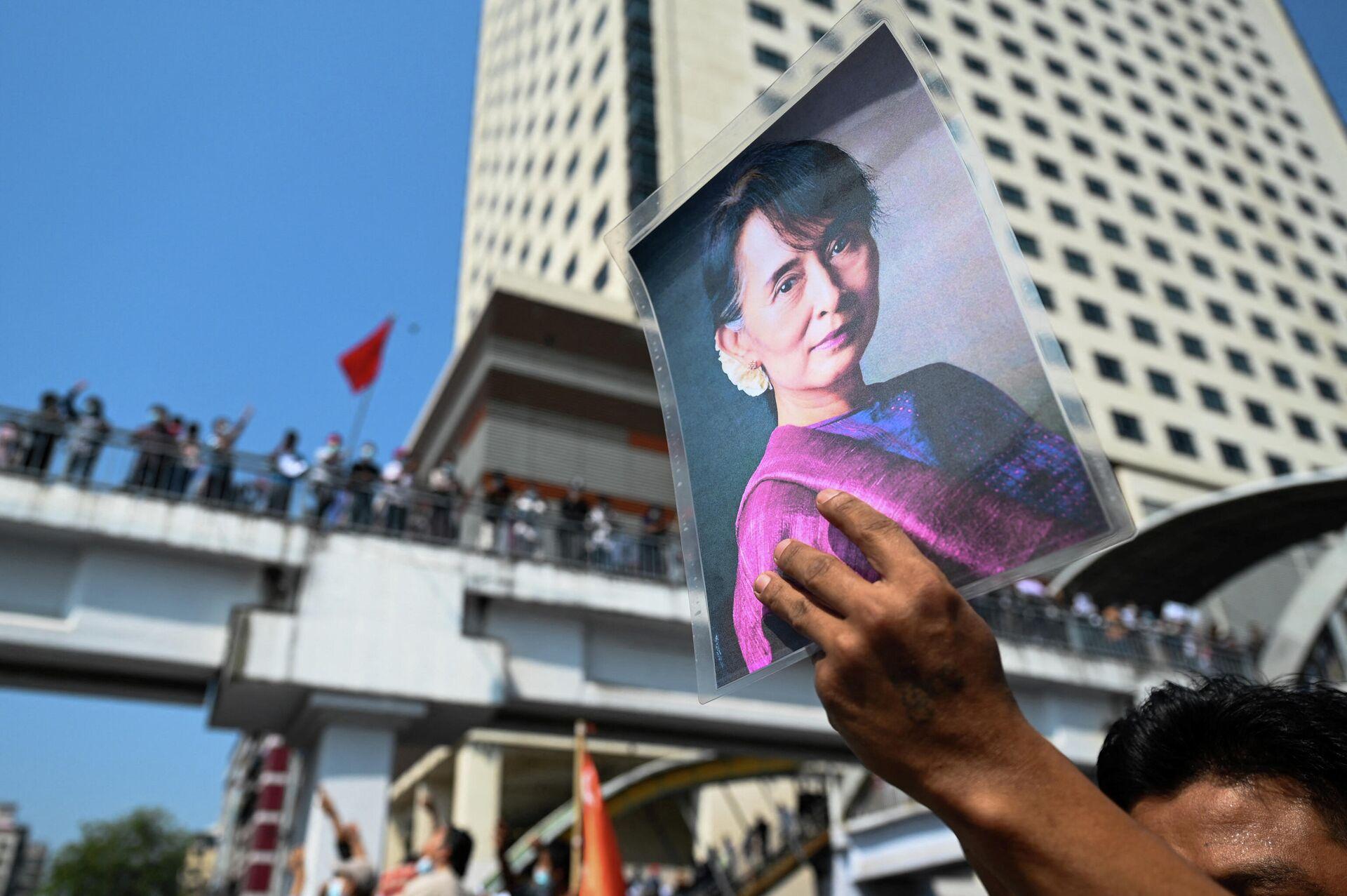 Протестующий держит портрет Аун Сан Су Чжи во время акции протеста против военного переворота в Янгоне, Мьянма - РИА Новости, 1920, 22.04.2021