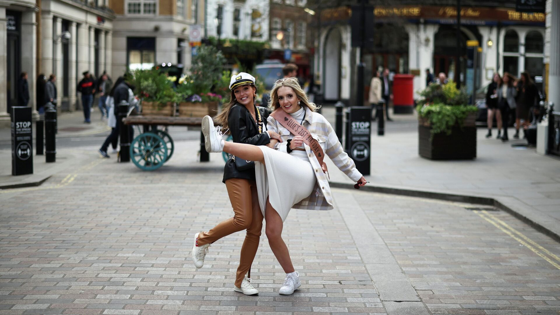 Девушки на улице в районе Ковент-Гарден после ослабления введенных из-за коронавируса ограничений в Лондоне - РИА Новости, 1920, 10.07.2021