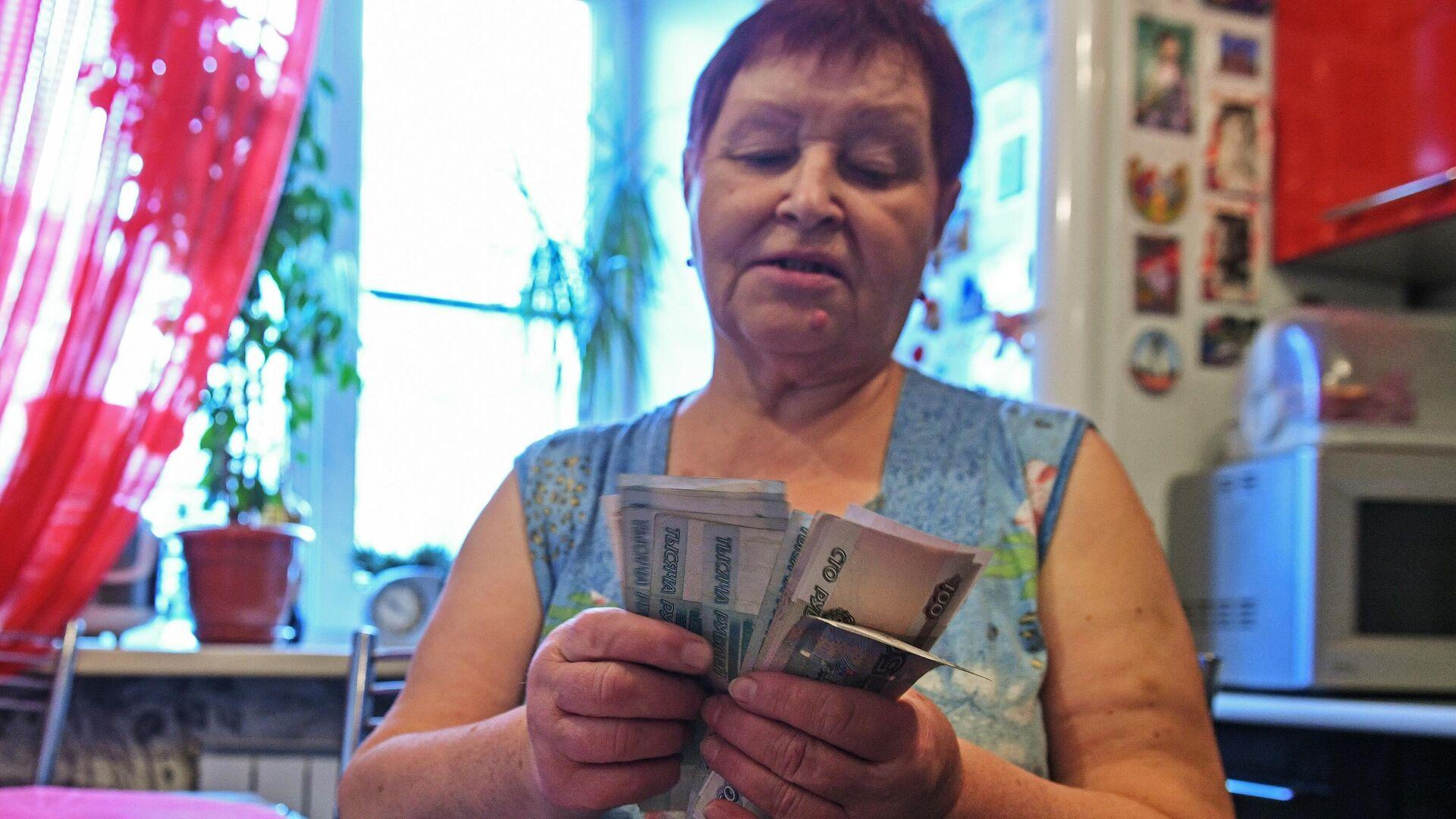 Женщина считает деньги - РИА Новости, 1920, 23.04.2021