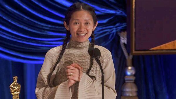 Хлоя Чжао получает Оскар в номинации лучший режиссер