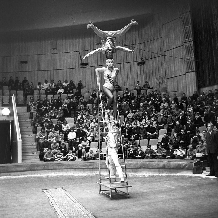 Выступление венгерских силовых акробатов на арене Большого Московского цирка на проспекте Вернадского. 1 апреля 1968 года