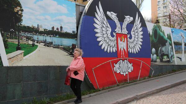 Женщина на проспекте Ильича в Донецке