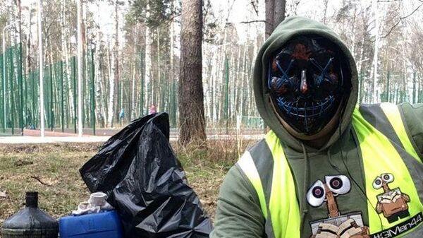 На страже чистоты: эко-активист в маске борется с мусором в Костроме