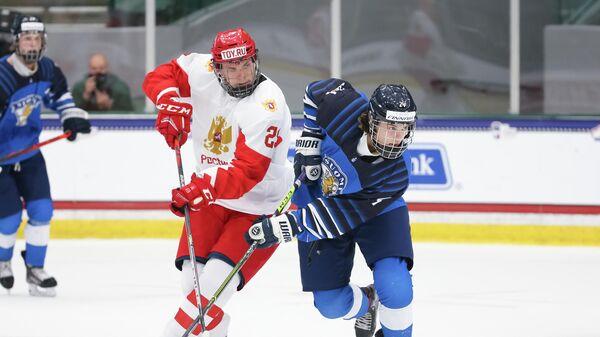 Слева направо: Данила Юров (Россия) и Вилле Койвунен (Финляндия) в матче юниорского чемпионата мира по хоккею