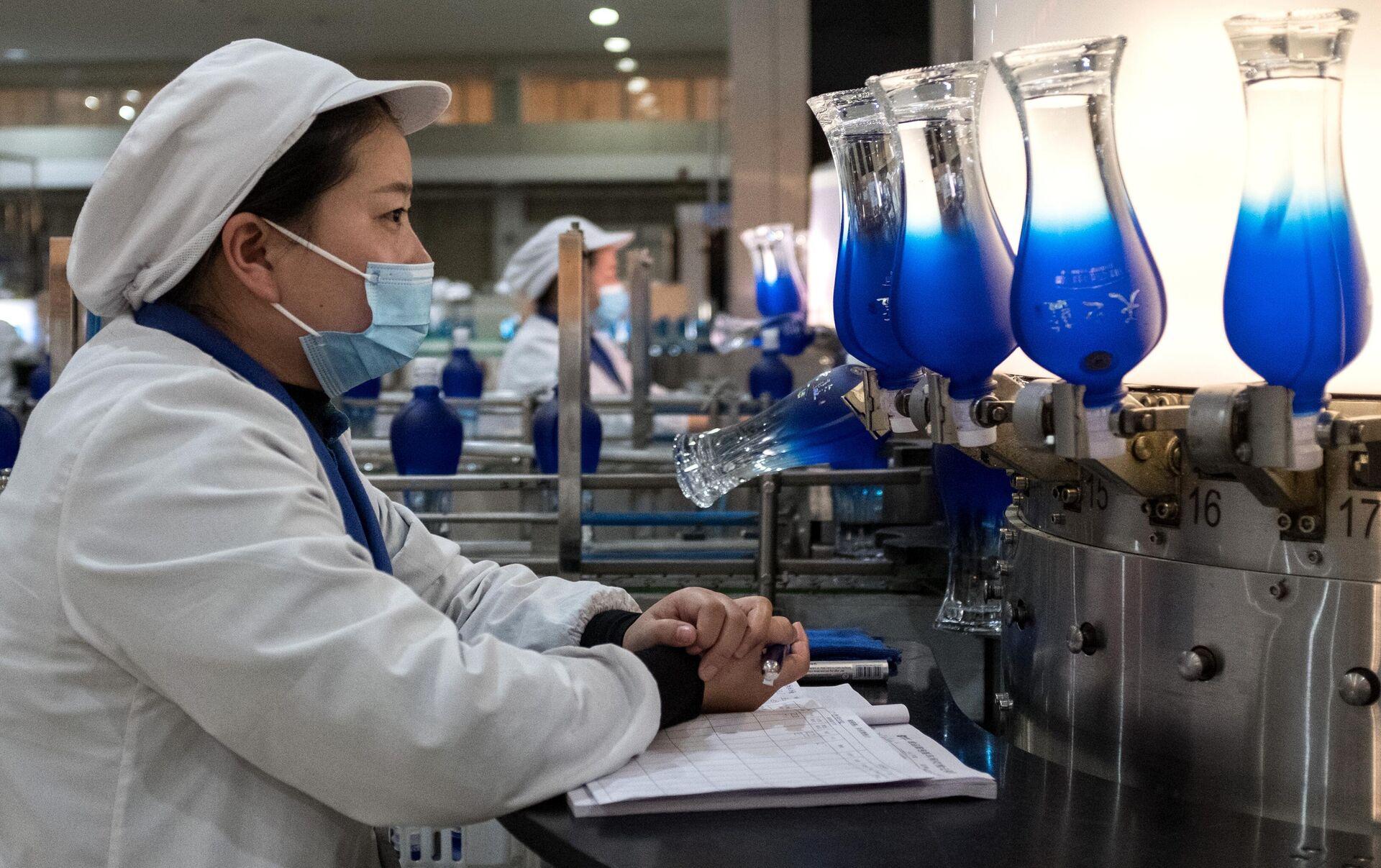 Сотрудница ликеро-водочного завода в городе Суцянь в провинции Цзянсу в Китае  - РИА Новости, 1920, 28.04.2021