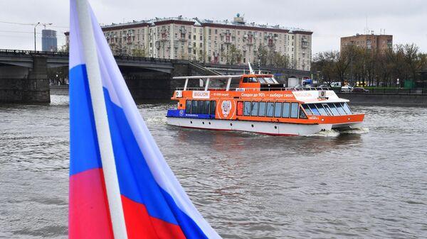 Теплоход Снегири-4 на Москве-реке. В Москве стартовала пассажирская речная навигация