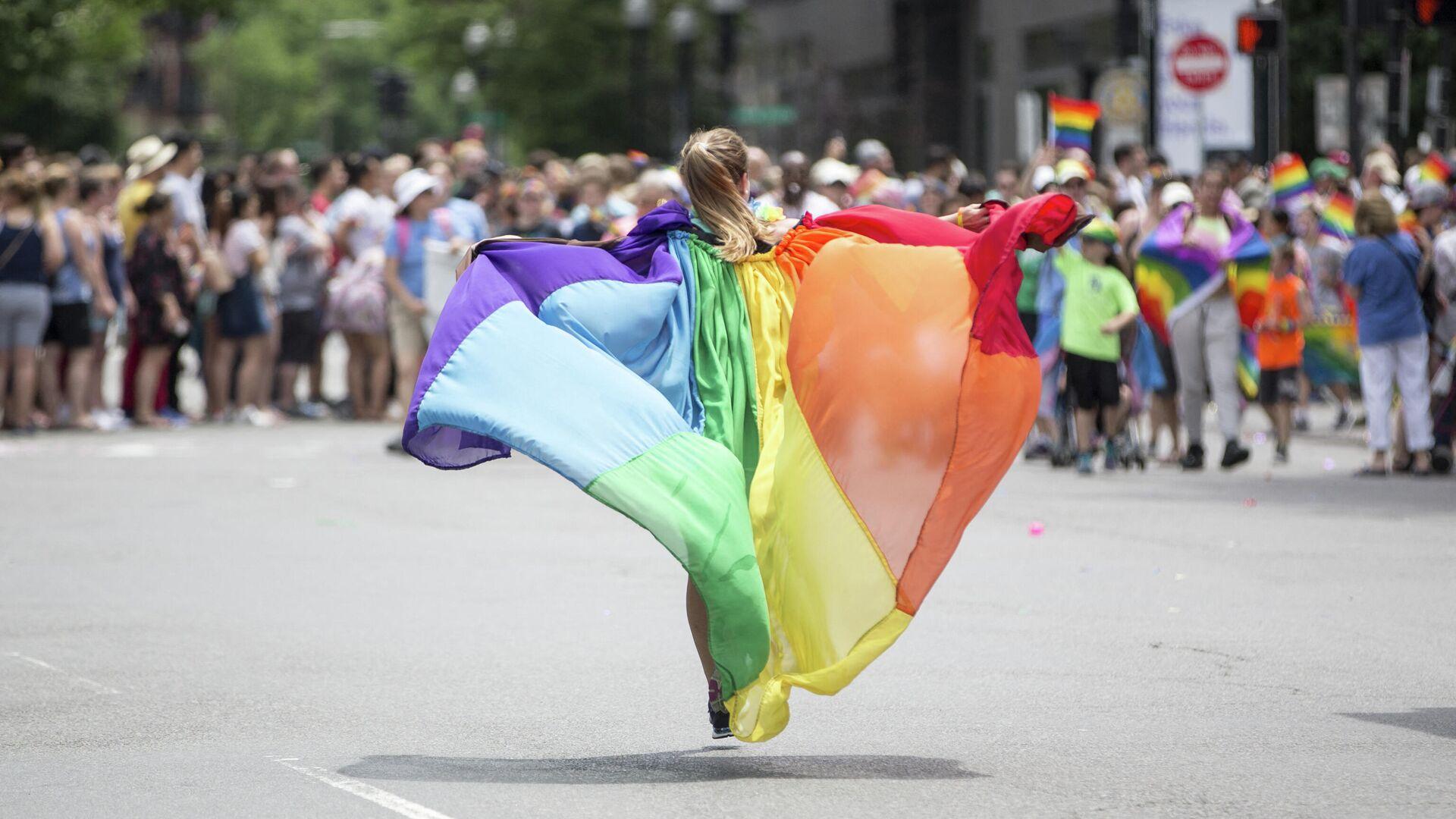 Девушка на демонстрации во время гей-парада в Бостоне в 2018 году - РИА Новости, 1920, 30.04.2021