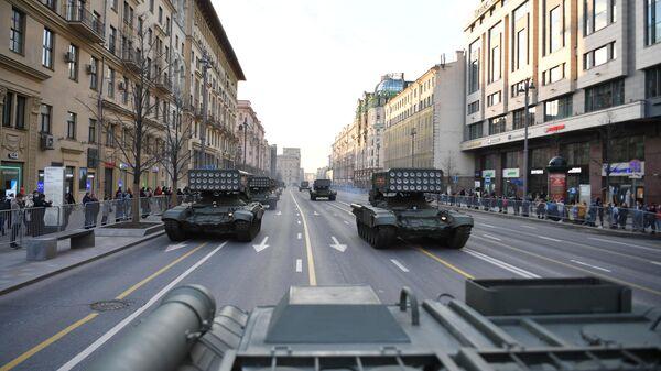 Тяжелые огнеметные системы ТОС-1А Солнцепёк на репетиции парада к 76-й годовщине Победы в Великой Отечественной войне