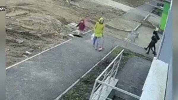 Ребенок упал в колодец в Уфе. Запись камер наблюдения