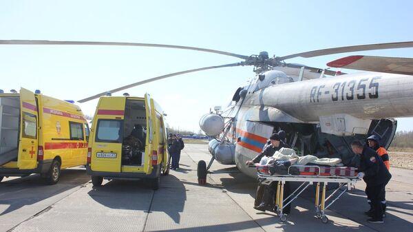 Вертолет МЧС России с пострадавшими в ДТП с пассажирским автобусом в Хабаровском крае