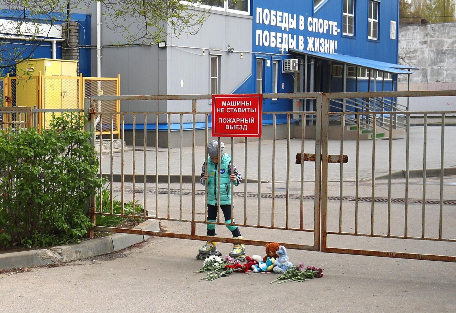 Волгоградцы несут цветы и игрушки к спортшколе команды, попавшей в ДТП