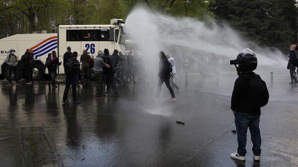 Полиция Брюсселя с помощью водометов разогнала участников несанкционированного властями фестиваля Boum2 в столичном парке Ля Камбр