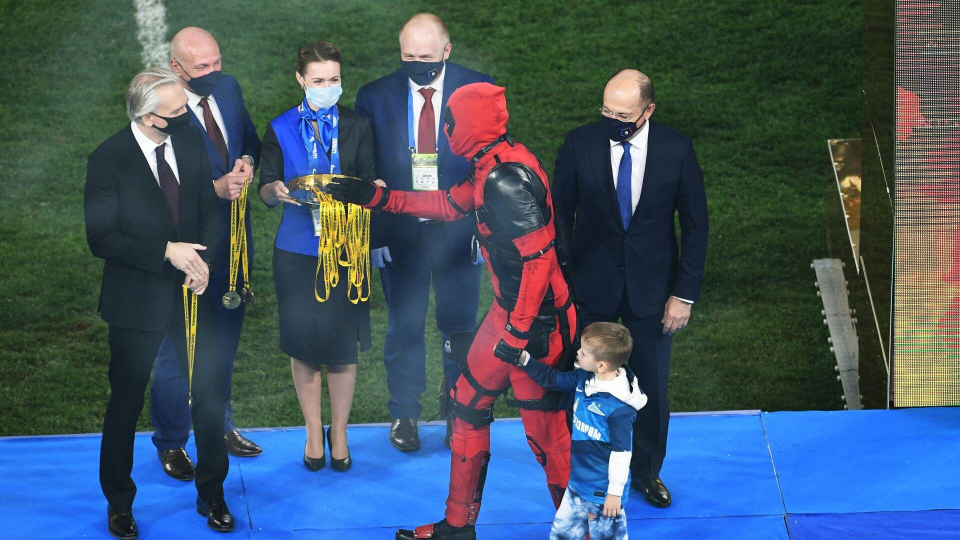 Артем Дзюба в костюме Дэдпула на церемонии награждения - РИА Новости, 1920, 02.05.2021