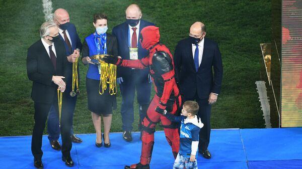Артем Дзюба в костюме Дэдпула на церемонии награждения