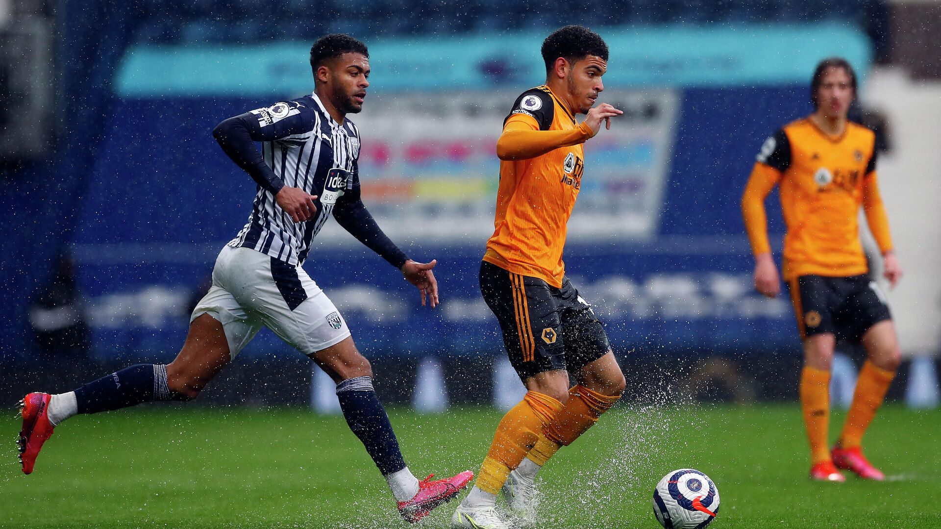 West Bromwich Albion's English defender Darnell Furlong (L) closes in on Wolverhampton Wanderers' English midfielder Morgan Gibbs-White during the English Premier League football match between West Bromwich Albion and Wolverhampton Wanderers at The Hawthorns in West Bromwich, central England on May 3, 2021. (Photo by Jason CAIRNDUFF / POOL / AFP) / RESTRICTED TO EDITORIAL USE. No use with unauthorized audio, video, data, fixture lists, club/league logos or 'live' services. Online in-match use limited to 120 images. An additional 40 images may be used in extra time. No video emulation. Social media in-match use limited to 120 images. An additional 40 images may be used in extra time. No use in betting publications, games or single club/league/player publications. /  - РИА Новости, 1920, 03.05.2021