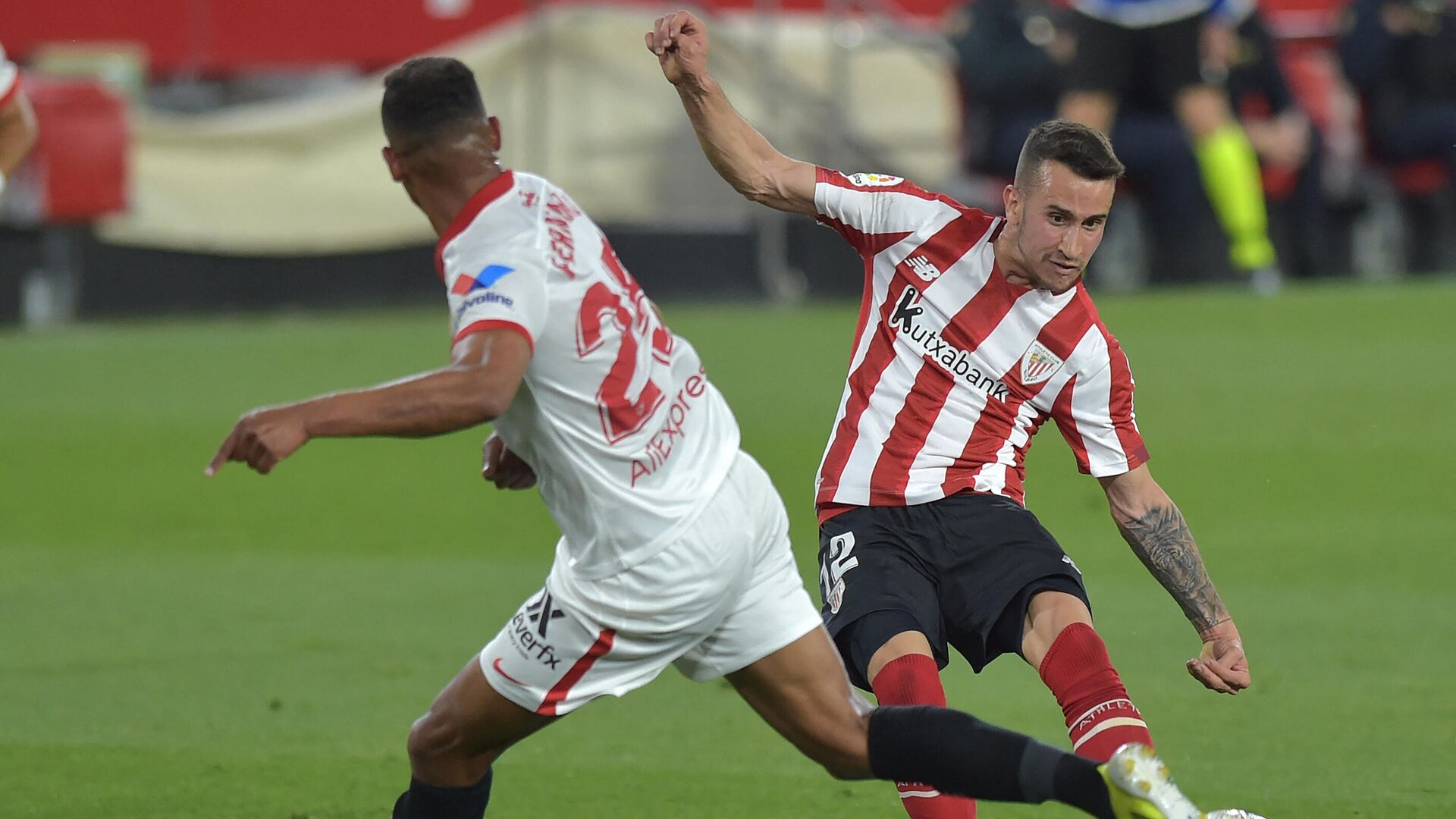 Athletic Bilbao's Spanish forward Alex Berenguer (R) fights for the ball with Sevilla's Brazilian midfielder Fernando during the Spanish League football match between Sevilla and Athletic Bilbao at the Ramon Sanchez Pizjuan stadium in Seville on May 3, 2021. (Photo by CRISTINA QUICLER / AFP) - РИА Новости, 1920, 04.05.2021