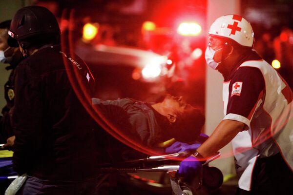 Пострадавший во время крушения метромоста в Мехико