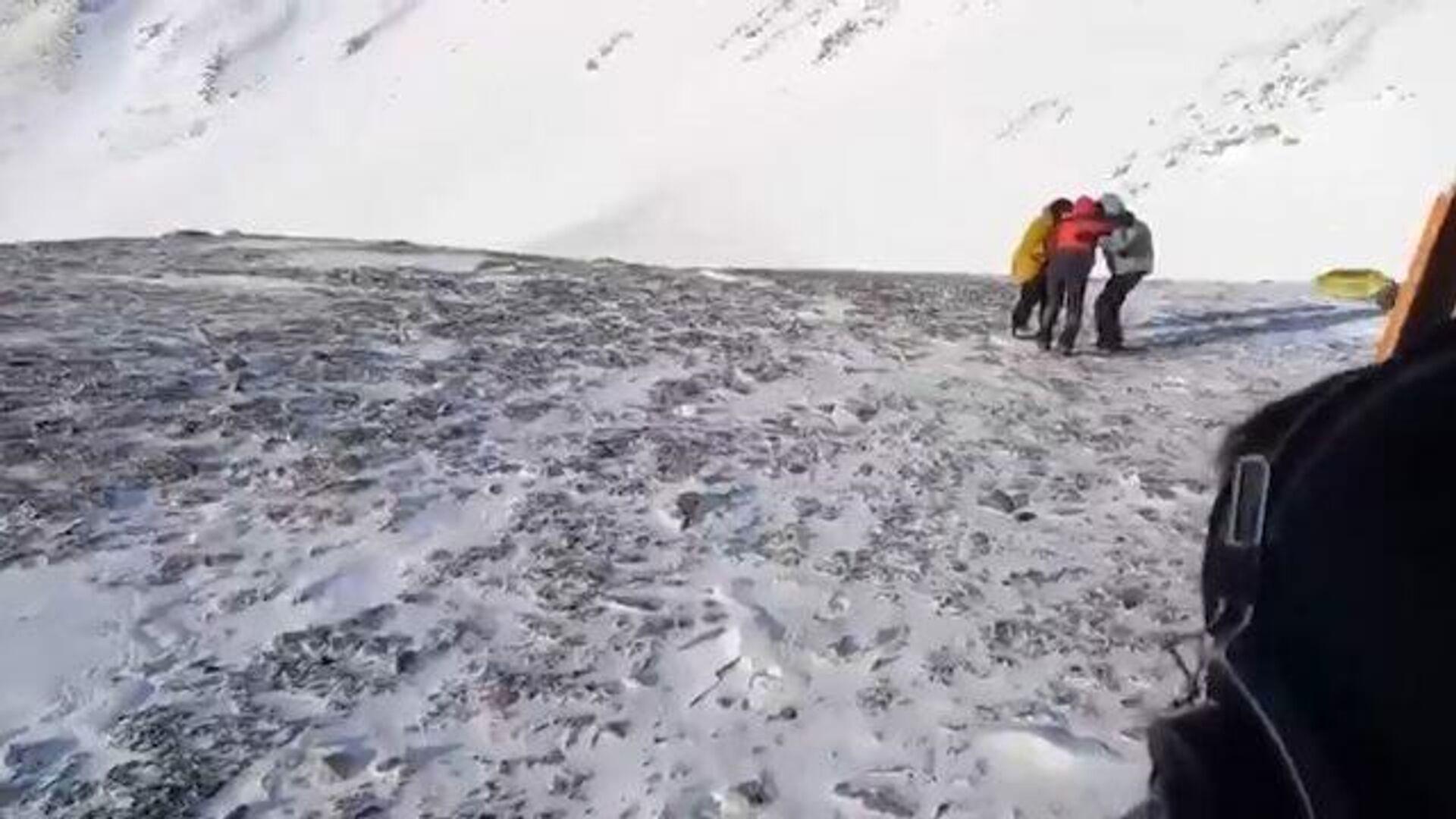 Спасение туристов, попавших под лавину в горах Бурятии. Кадры МЧС - РИА Новости, 1920, 04.05.2021