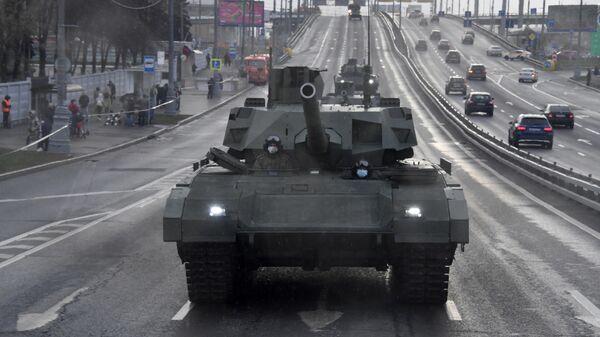 Танк Т-14 Армата на Звенигородском шоссе в Москве перед началом ночной репетиции парада к 76-й годовщине Победы в Великой Отечественной войне