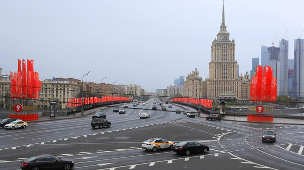 Уличное украшение ко Дню Победы недалеко от здания гостиницы Украина в Москве