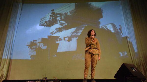 Певица Юлия Чичерина выступила в прифронтовом Первомайске в честь Дня Победы