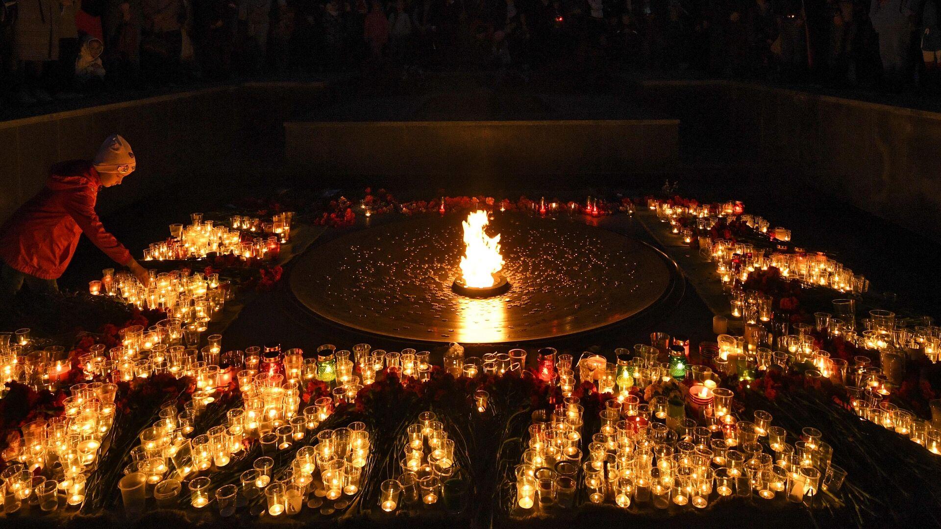 Люди зажигают свечи во время акции Свеча памяти на Монументе Славы в Новосибирске - РИА Новости, 1920, 09.05.2021