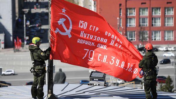 Установка копии Знамени Победы за здании Новосибирского театра оперы и балета