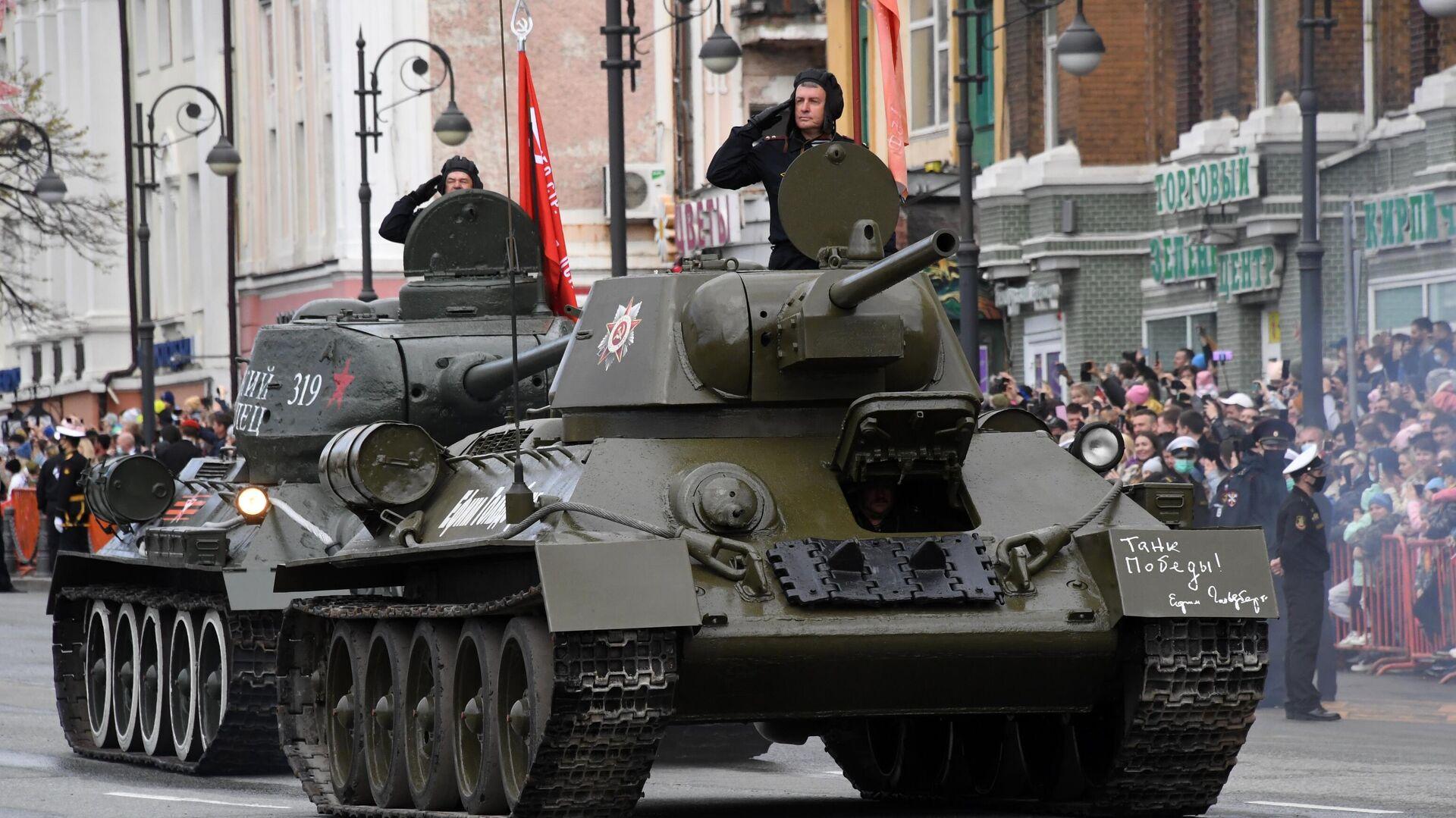 Танк Т-34-76 на военном параде в честь 76-й годовщины Победы в Великой Отечественной войне во Владивостоке - РИА Новости, 1920, 09.05.2021