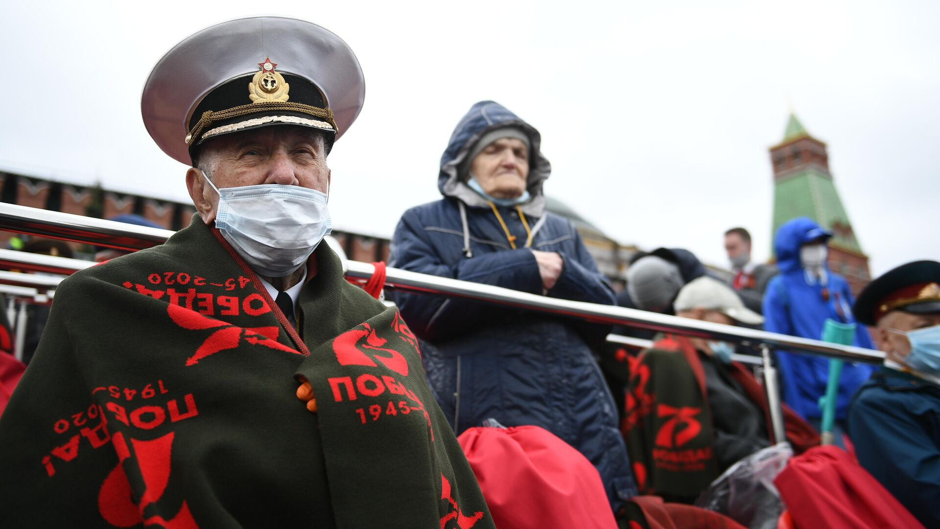 Гости на трибуне на Красной площади перед началом военного парада в честь 76-й годовщины Победы в Великой Отечественной войне в Москве - РИА Новости, 1920, 09.05.2021