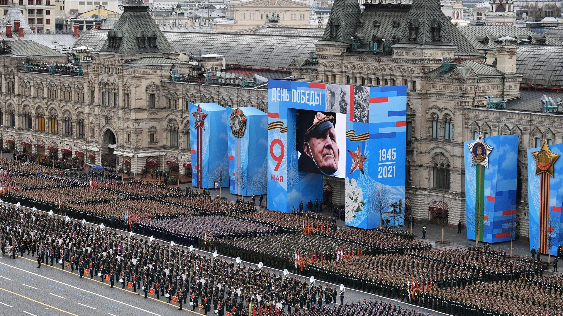 Колонна военной техники проходит по Красной площади на параде Победы