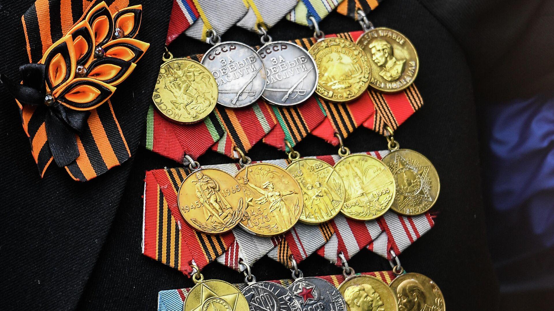 Медали на груди ветерана на военном параде в честь 76-й годовщины Победы в Великой Отечественной войне в Москве - РИА Новости, 1920, 09.05.2021