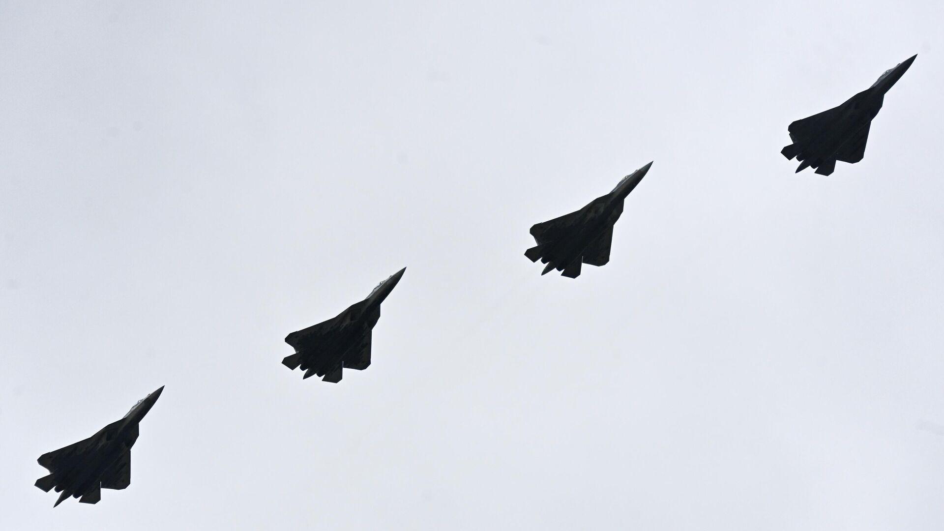 Многофункциональные истребители пятого поколения Су-57 во время воздушной части парада в честь 76-й годовщины Победы в Великой Отечественной войне в Москве - РИА Новости, 1920, 09.05.2021