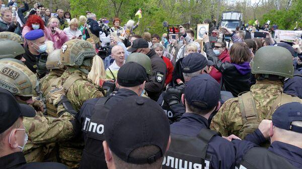 Сотрудники полиции и участники акции Бессмертный полк на аллее Славы в Одессе
