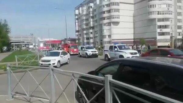 Экстренные службы у школы в Казани, где произошла стрельба. Кадр из видео очевидца
