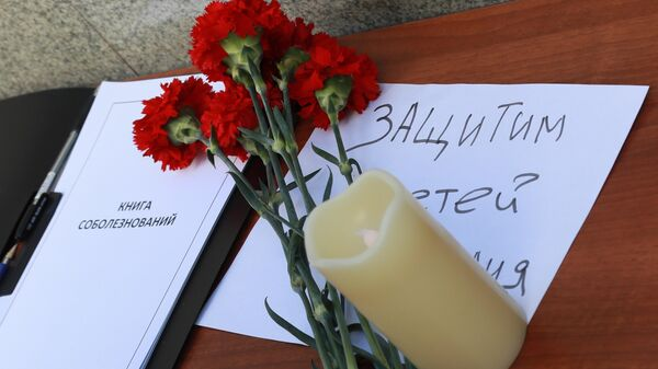 Цветы в память о жертвах трагедии в казанской школе