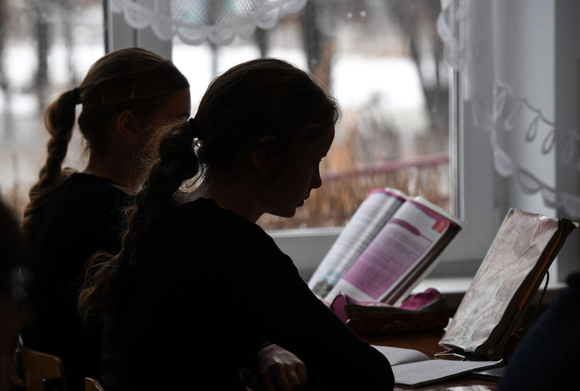 Ученицы на уроке в деревенской школе - РИА Новости, 1920, 12.05.2021