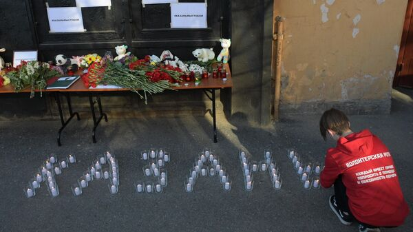 Свечи и цветы в память о жертвах трагедии в казанской школе у здания Постоянного Представительства Республики Татарстан в Санкт-Петербурге