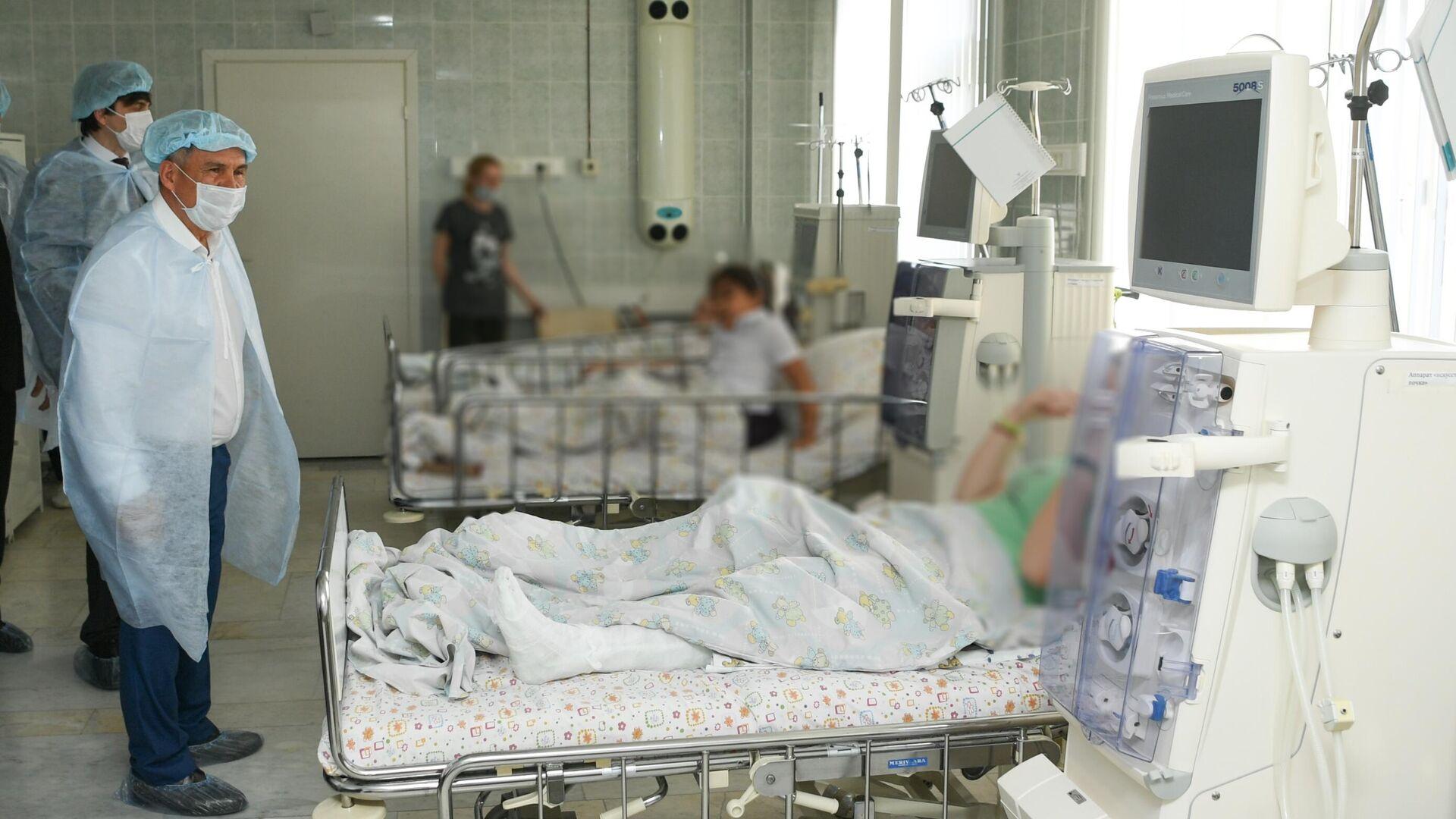 Президент Республики Татарстан Рустам Минниханов во время посещения госпитализированных раненных при стрельбе в гимназии в казанской республиканской детской клинической больнице - РИА Новости, 1920, 12.05.2021