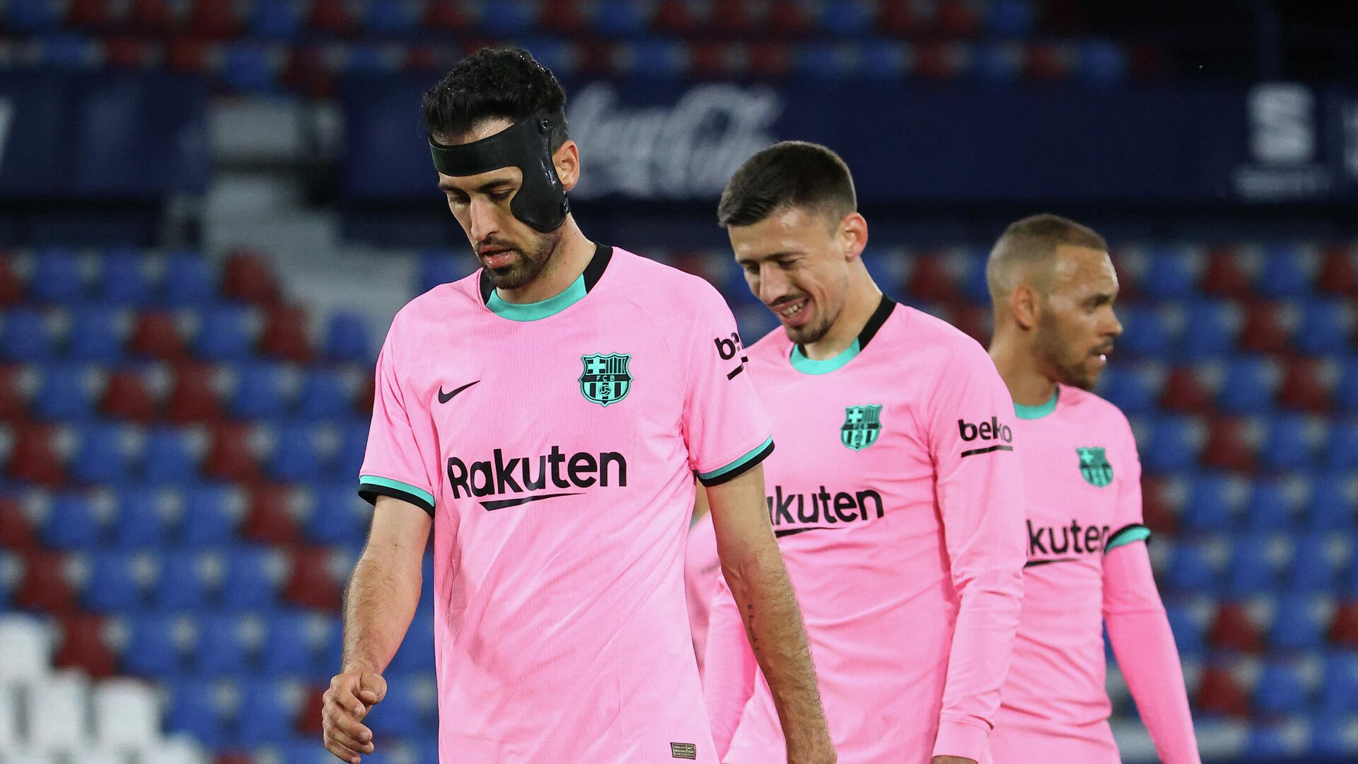 Barcelona's Spanish midfielder Sergio Busquets, Barcelona's French defender Clement Lenglet and Barcelona's Danish forward Martin Braithwaite react at the end of the Spanish league football match Levante UD against FC Barcelona at the Ciutat de Valencia stadium in Valencia on May 11, 2021. (Photo by JOSE JORDAN / AFP) - РИА Новости, 1920, 12.05.2021
