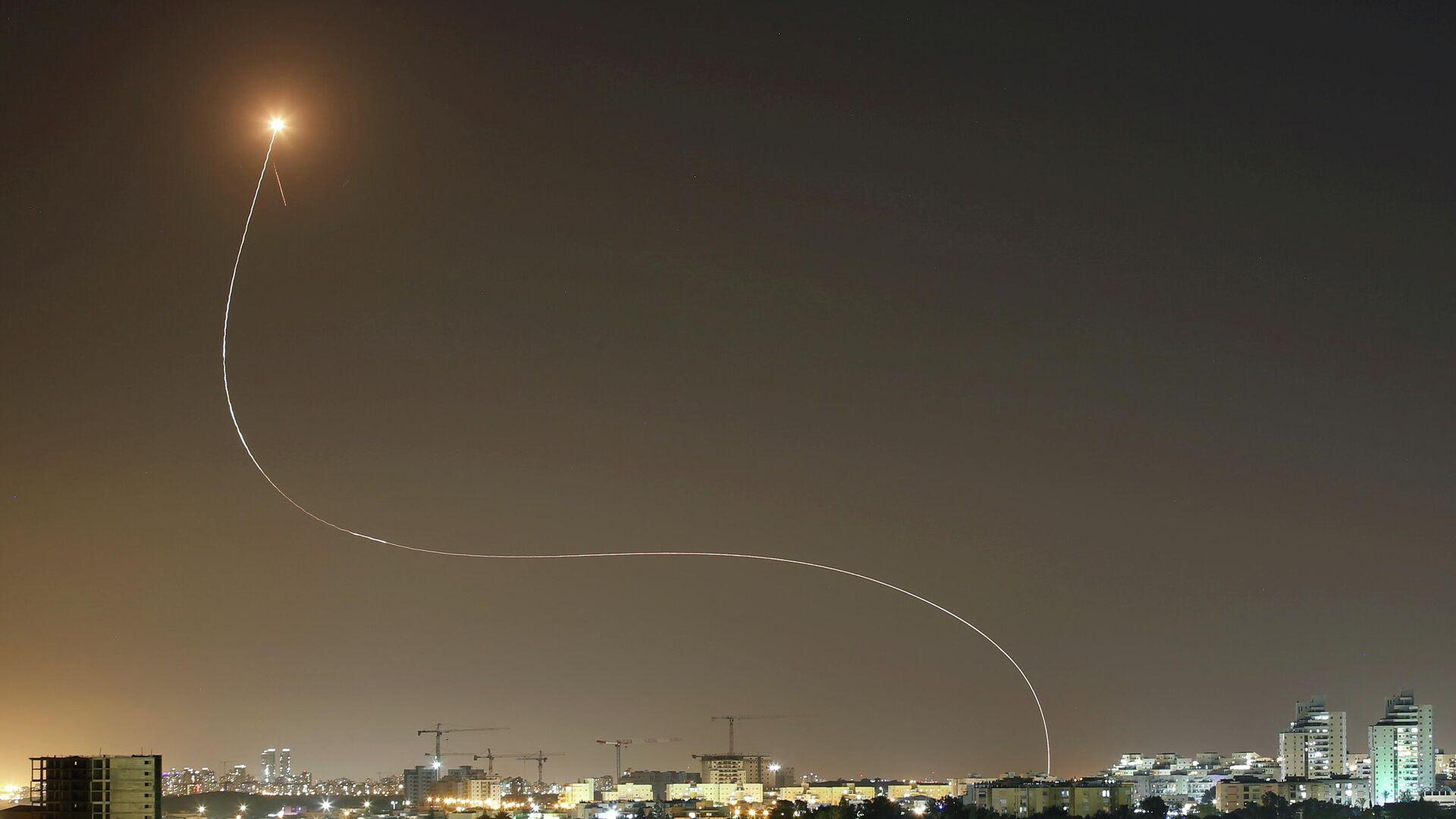 Противоракетная система Железный купол перехватывает ракеты, запущенные из сектора Газа в направлении Израиля - РИА Новости, 1920, 15.05.2021