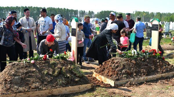Похороны погибших в результате стрельбы в школе No175 в Казани