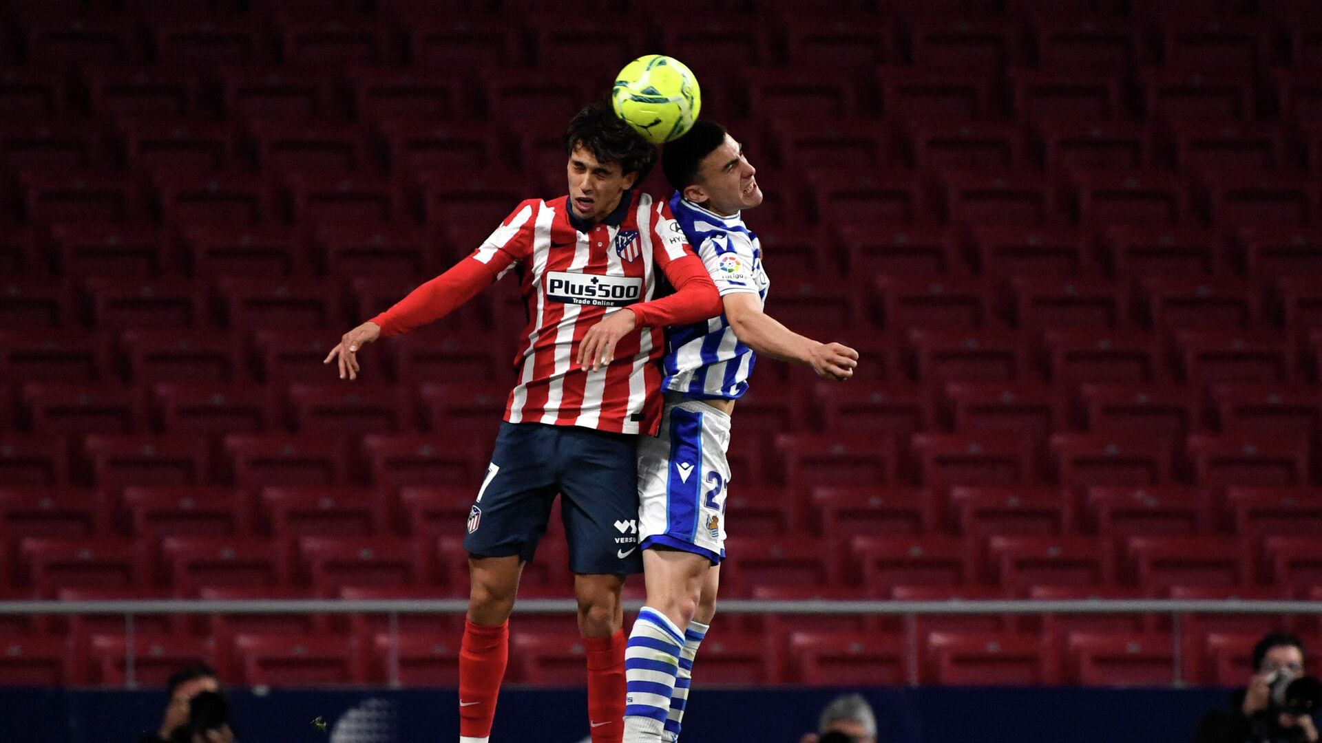 Atletico Madrid's Portuguese midfielder Joao Felix (L) jumps for the ball with Real Sociedad's Spanish forward Ander Barrenetxea during the Spanish league football match Club Atletico de Madrid against Real Sociedad at the Wanda Metropolitano stadium in Madrid on May 12, 2021. (Photo by PIERRE-PHILIPPE MARCOU / AFP) - РИА Новости, 1920, 13.05.2021