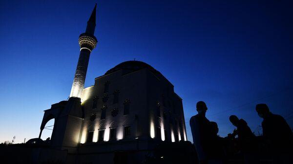 Верующие возле мечети перед началом праздничной молитвы в честь Ураза-байрама в Екатеринбурге