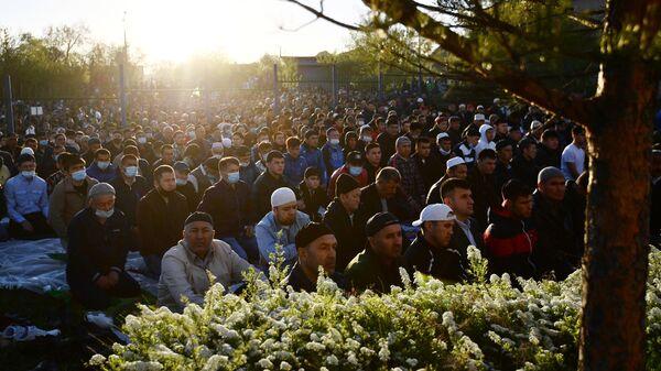 Верующие возле мечети во время праздничной молитвы в честь Ураза-байрама в Екатеринбурге
