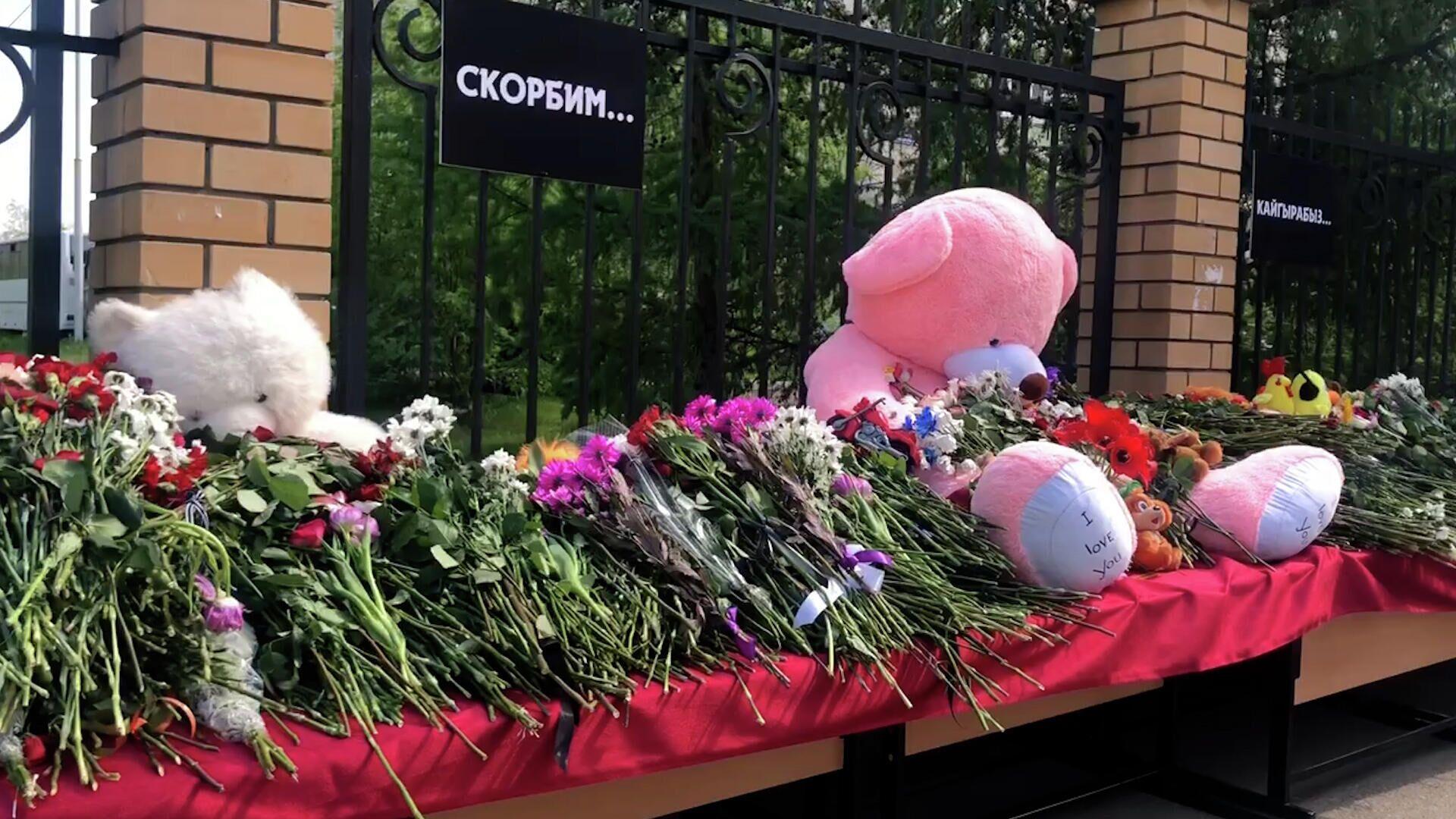 Жители Казани третий день несут цветы к 175-й гимназии - РИА Новости, 1920, 13.05.2021