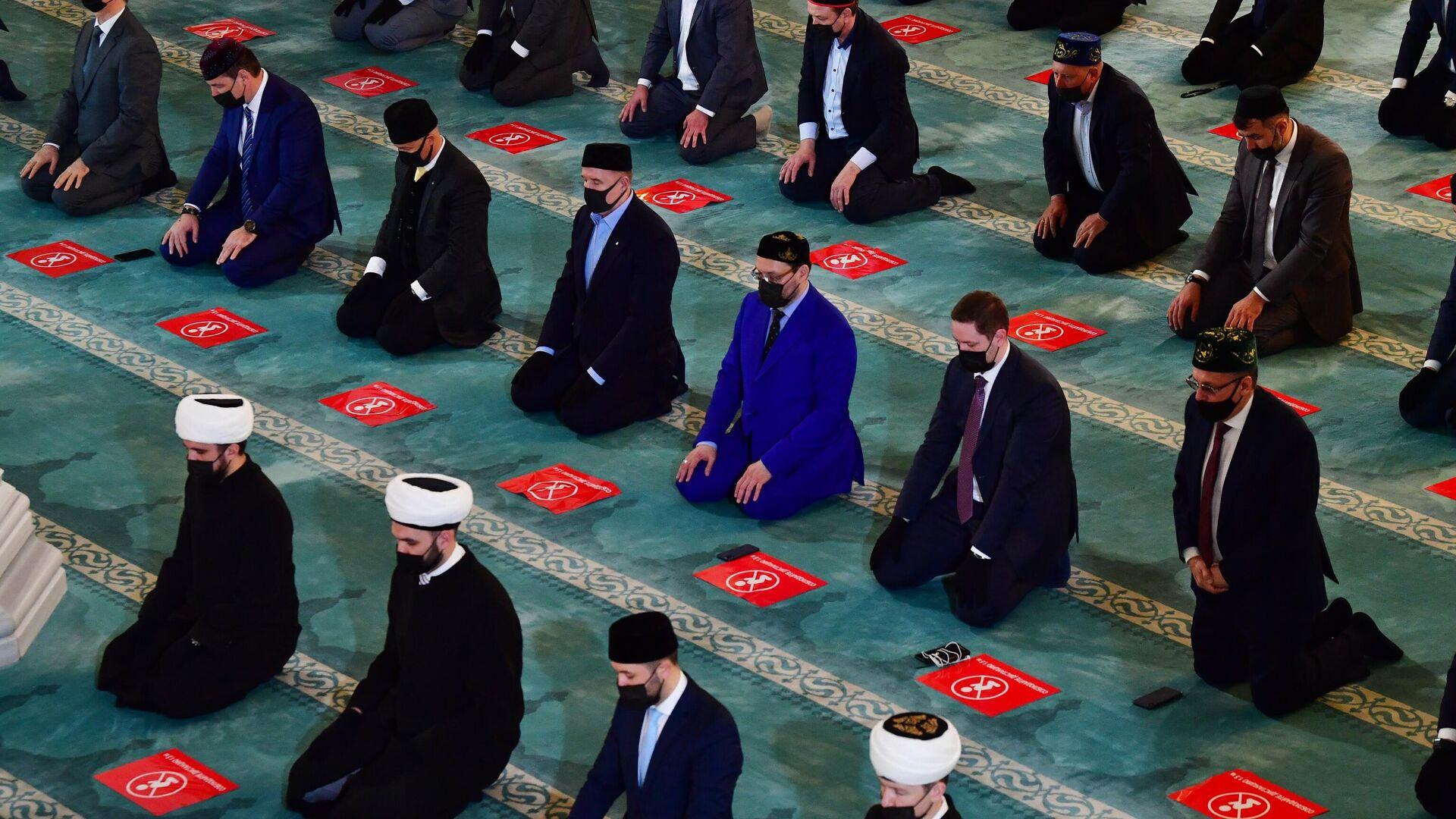 Верующие во время праздничной молитвы в честь Ураза-байрама в Москве - РИА Новости, 1920, 15.06.2021
