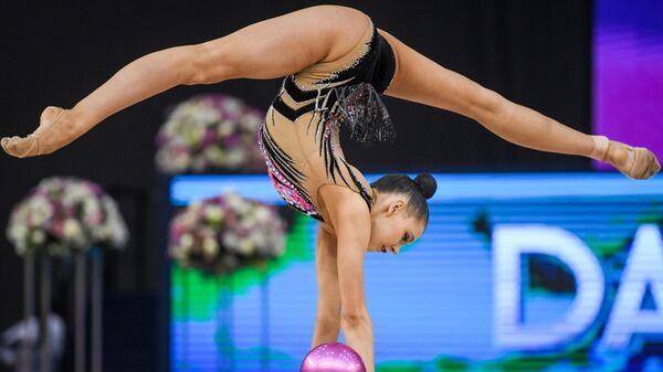 Дарья Трубникова (Россия) выполняет упражнения с мячом в индивидуальном многоборье на этапе Кубка мира по художественной гимнастике в Баку