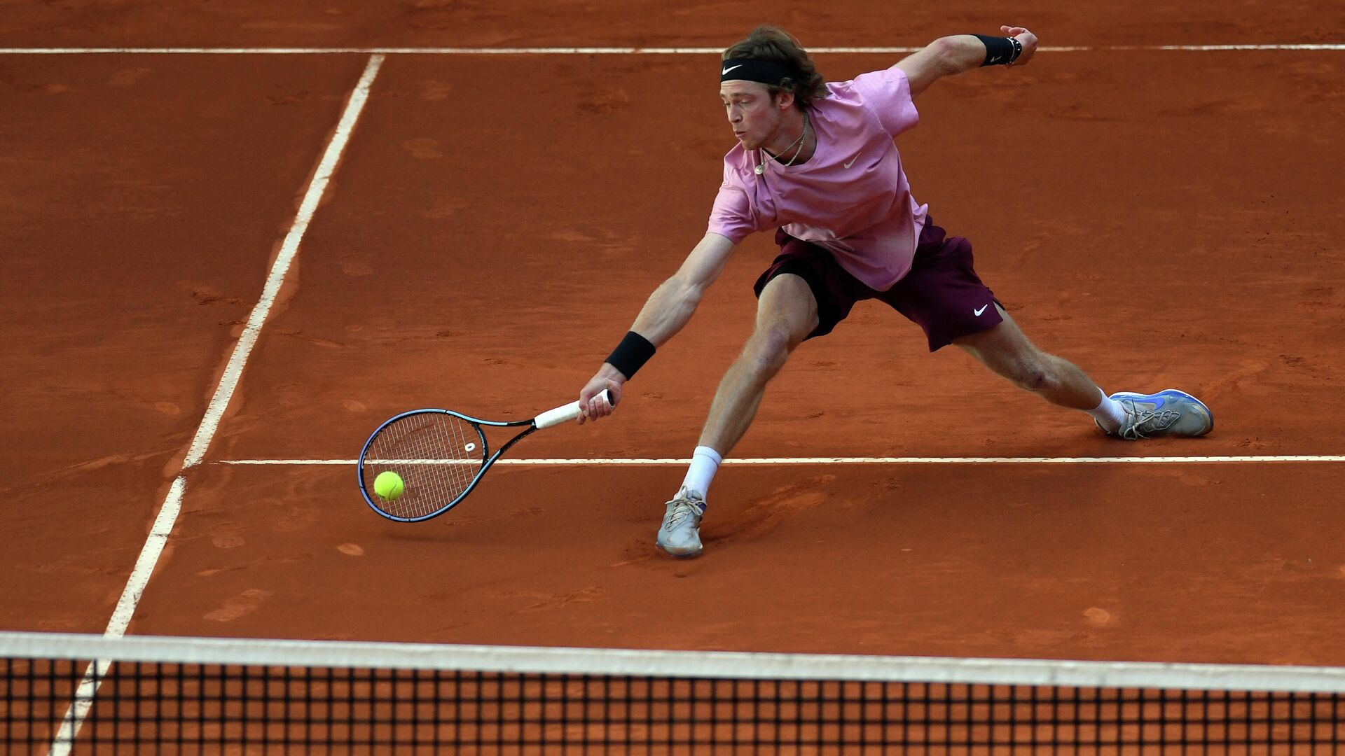Russia's Andrey Rublev returns the ball to US John Isner during their 2021 ATP Tour Madrid Open tennis tournament singles match at the Caja Magica in Madrid on May 6, 2021. (Photo by OSCAR DEL POZO / AFP) - РИА Новости, 1920, 13.05.2021